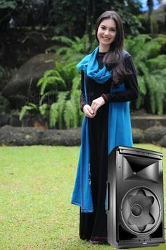 Irish Bella Mengoperasikan Speaker Aktif