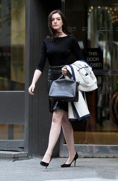 Como o figurino de Anne Hathaway em Um Senhor Estagiário influenciou o guarda-roupa real da atriz
