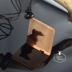 Ein persönlicher Favorit aus meinem Etsy-Shop https://www.etsy.com/de/listing/577046433/resin-wood-necklaceglowing-in-the