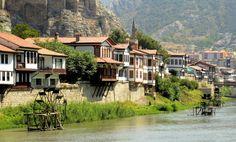 As belas casas de Yalıboyu pelo rio Yeşilırmak, em Amasya, #Turquia #momondo