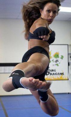 Female Martial Artists, Martial Arts Women, Beach Best Friends, Human Poses Reference, Karate Girl, Barefoot Girls, Mma, Female Fighter, Muscular Women