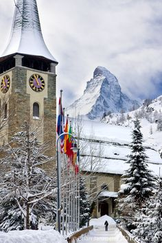 Saint Mauritius Church dominates the Zermatt village skyline with its picturesque clock tower and stunning mountain backdrop. Zermatt, Beautiful Places In The World, Wonderful Places, Glacier Express, Places To Travel, Places To See, Grindelwald, Berne, Lugano