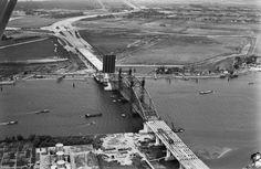 Aanbouw Van Brienenoordbrug 1965 - met links achter zicht op de Eschpolder.