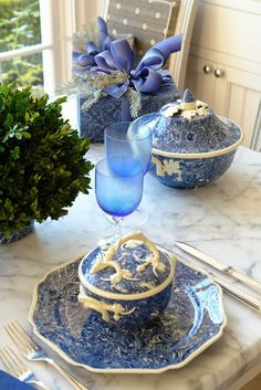 The French Tangerine: ~ Christmas table 2013 Apt Ware!!! Bebe'!!! Love the Blue And White Marble Pattern And White Oak Leaf Trim of the Apt Ware!!!