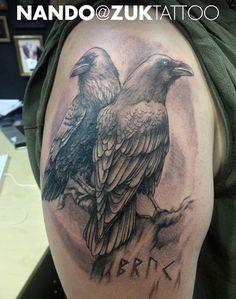 Tatuaje realista con dos cuervos.