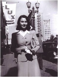 """Vivien Leigh, """"A candid Vivien Leigh in either the early or 1939 in front of LUX Radio Theatre in Hollywood. Vivien Leigh, Old Hollywood Stars, Classic Hollywood, British Actresses, Hollywood Actresses, Music Theater, Theatre, Black And White Stars, Ingrid Bergman"""