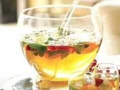 ■フルーツ&ミントティーパンチ  ティーパンチとは、紅茶にワインなどのアルコールや炭酸水・シロップなどを加えたアレンジティーで、ノンアルコールで作ってもおいしいんです。大きなボウルに入れて、取り分けて飲むのもおしゃれ!