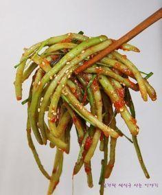 옛방식 그대로 맛있는 고구마순 김치 만드는법 알려드릴게요 전라도에서 시작한 이 음식은 딱 요맘때가 지... Cooking Recipes For Dinner, No Cook Meals, Korean Food Side Dishes, Korean Traditional Food, Korean Kitchen, Vegetable Seasoning, Food Menu, Food Plating, Asian Recipes