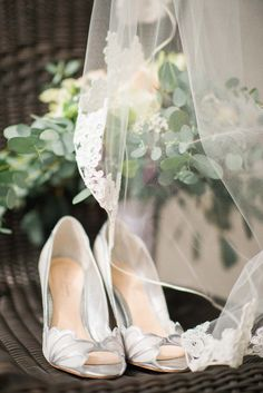 Brides Attire of Christie & Burkhard's deutsch-kanadische Sommerhochzeit Sparkly Wedding Shoes, Wedding Shoes Bride, Wedding Shoes Heels, Bridal Shoes, West Virginia Wedding, Wedding Decor, Wedding Ideas, Modern Wedding Inspiration, Boho Stil