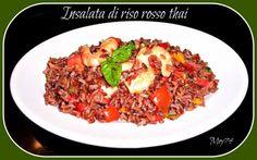 Insalata di riso rosso thai con peperoni e gamberi