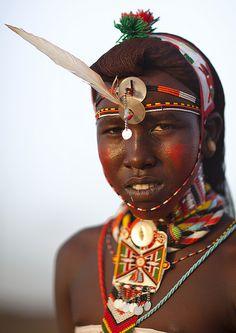 Portrait Of Rendille guerrier portant traditionnel Couvre-chef, le district de Marsabit, Ngurunit, Kenya