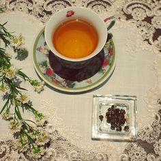 """""""Dragon Pearls""""- chá verde perfumado com Jasmim. Seu nome provém de sua forma em formato de pequenas pérolas, que ao serem infundidas vão se desenrolando lentamente e liberando todo o seu sabor e aroma. As propriedades calmantes e digestivas do Jasmim, unidas aos antixoxidantes do chá verde, fazem com que seja muito recomendável para tomar sozinho em qualquer momento do dia. #diariodocha #tea #teatime #teacup #tealover #hottea #cha #chazinho #horadocha #amocha #chaverde #dragonpearls"""