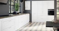 ♥J'adore le sol, le noir des murs et le style épuré de cette cuisine. Vejle, Hana, Kitchen Cabinets, Outdoor Decor, Home Decor, Kitchens, Baseboards, Countertop, Home