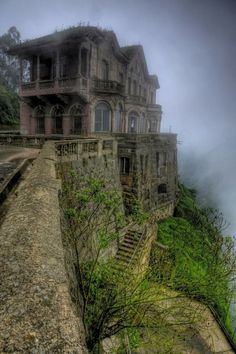 15 of the World's Most Strange Abandoned Places - El Hotel del Salto in Colombia