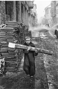 Carrying firewood, Budapest 1956 - photo by Erich Lessing Old Pictures, Old Photos, Vintage Photos, Photographer Portfolio, Magnum Photos, Budapest Hungary, Vintage Photography, Art Photography, Vintage Children