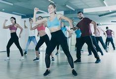 Nehezen veszed rá magad a testmozgásra? Ezt a táncelemekre épülő ugrabugrálást imádni fogod! Nem lehet megunni, jót tesz a stresszes, kimerült léleknek, és az alakot is formálja!