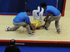Brasileiro Carlos Ramirez Pala, da ginástica de trampolim, cai durante apresentação e sai carregado no Pan http://uol.com/bkcy69