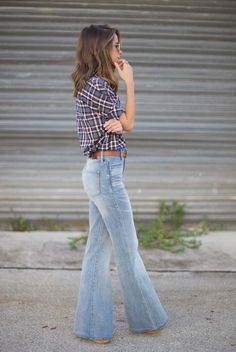 75 Super-Chic Fall Outfit Ideas (Part I : spring / summer - fall / winter - street style - street chic style - casual outfits - fall outfits - summer outfits - plaid shirt - brown belt - flare jeans - brown booties + aviator sunglasses Casual Fall Outfits, Cute Outfits, Summer Outfits, Jean Outfits, Winter Outfits, Street Chic, Street Style, Flare Jeans Outfit, Plaid Shirt Outfit Summer