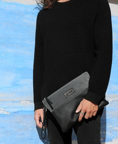 Pochette Blue Ocean La Pochette Blue Ocean è la nostra nuova borsa realizzata in pelle nera e pelle scamosciata di altissimma qualità. Progettata per essere la compagna del nostro tempo libero e per le giornate in ufficio, con la tasca interna per organizzare tutte le nostre cose a portata di mano e la chiusura a zip, per tenere custoditi i nostri oggetti piu preziosi. Comoda da portare grazie al laccetto in pelle da polso.