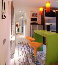 60+ идей сочетания зеленого цвета в интерьере: правила оформления и цвета-партнеры http://happymodern.ru/sochetanie-zelenogo-cveta-v-interere/ Оранжевые стулья в компании с оранжевыми светильниками и зеленым столом добавляют сочности и нескучности обычной кухне