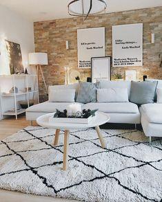 Kerzenschein, ein gutes Buch und ein super bequemes Sofa. So entspannen wir an den kalten Wintertagen am liebsten! Für warme Füße sorgt der kuschelige Handgetufteter Teppich Cotswold im angesagten Beni Ourain Look. // Wohnzimmer Teppich Sofa Dekoration Ideen Deko Kerzen Lichterkette Kisse Leuchte Weiss Winter #WohnzimmerIdeen #Wohnzimmer #BeniOurain @3elfenkinder