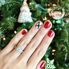 'Tis the season for holiday parties and festive party nails! 🎄How stinkin' cute is this plaid design?? Nail color is OPI 'Red fingers and mistletoes' 🎉🎉 @modernnails_southend  #holidaynails #plaidnails #theknotrings
