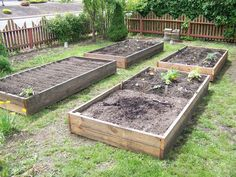 59 DIY Raised Garden Bed Plans & Ideas You Can Build in a Day Want to learn how to build a raised bed in your garden? Here's a list of the best free DIY raised garden bed plans & ideas for inspirations. Diy Garden, Garden Boxes, Garden Projects, Raised Garden Bed Plans, Building Raised Garden Beds, Raised Beds, Potager Palettes, Raised Planter, Garden In The Woods