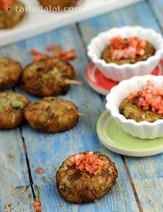 Appetising, cocktail-sized snack made from bottle gourd, potatoes and onions, with a generous sprinkling of piquant onion masala mixture. Serve vegetable kebabs hot, with tea or at a cocktail party, and bask in the compliments.