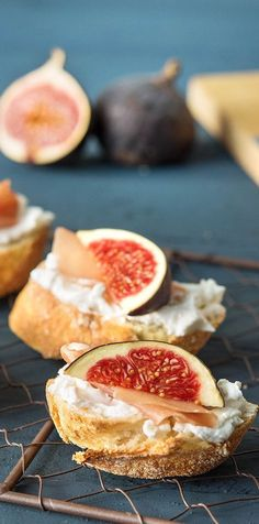 Crispy slices with fig and ham - perfect appetizer or party sna . - Delicious Meets Healthy: Quick and Healthy Wholesome Recipes Appetizer Dips, Yummy Appetizers, Appetizer Recipes, Fresh Figs, Snacks Für Party, The Fresh, Brunch Recipes, Finger Foods, Yummy Food
