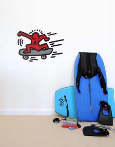 Cette illustration de Skater des années 1980 est le reflet de l'énergie et du mouvement des oeuvres de Keith Haring.  A vous de trouver une jolie place à ce sticker géant afin que ce Skater traverse votre mur ;)