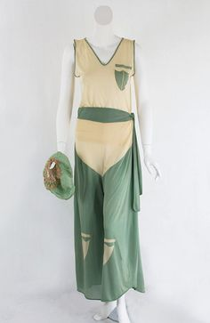 Silk knit lounging outfit with matching boudoir cap, (or are they mis-identified beach pyjamas? 20s Fashion, Art Deco Fashion, Fashion History, High Fashion, Vintage Fashion, Fashion Design, 1920 Style, Flapper Style, Vintage Style