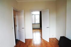 Appartement - 465€ - Rue Ambiorix 27, 4000 LIÈGE - Appartement en parfait état situé dans le bas du Laveu, à proximité des commodités.  Il se compose d'un hall d'entrée, living lumineux (parquet) (4,5 x 3) communiquant avec la chambre (4.5x3,3), nouvelle cuisine équipée (3,25 x 2), salle de douche carrelée avec lave-mains et W.C.  Parlophone, double vitrage PVC, convecteur au gaz.  15€ de charge par mois pour l'eau. Compteurs gaz et électricité séparés.  Libre immédiatement.  PEB…