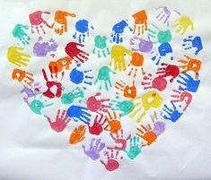 un coeur géant rempli des mains de toute la classe.                                                                                                                                                     Plus
