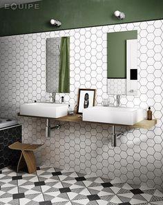 Att kombinera ett mönstrat golv med en neutral väggplatta behöver inte betyda att du inte kan göra något extra av väggen också. Här är plattans färg neutral men formen ger mer rörelse till rummet.