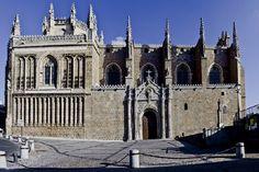 Monasterio de San Juan de los Reyes. Considerada la más bella iglesia de Toledo, fue mandada construir por los Reyes Católicos. Una única y grandiosa nave con forma de cruz latina y cúpula estrellada forma el interior del monumento.