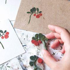 расчехлила прошлогодние штампики брусники. хотела оформить упаковку для одного человека, а в итоге – еще одна стопочка почтовых конвертов #handcarvedstamp #printmaking #process #линогравюра