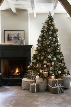 45 Fascinating Rustic Christmas Tree Ideas To Beautify Your Home Christmas World, Cosy Christmas, Christmas Feeling, Ribbon On Christmas Tree, Christmas Tree Design, Christmas Tree Themes, Modern Christmas, Christmas Baubles, Rustic Christmas