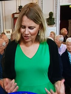 Catherine Southon demonstrating what she means by a handful. Antiques Road Trip, Bargain Hunt, Beautiful Females, Tv Presenters, Celebs, Celebrities, Antiquities, Lorraine, Woman Crush