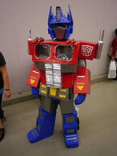 Cardboard and Duct Tape Optimus Prime at Montreal Comic Con These kinds are always my favorites BTW. Robot Costumes, Comic Con Costumes, Kids Costumes Boys, Family Halloween Costumes, Diy Costumes, Halloween Kids, Transformer Halloween Costume, Transformer Birthday, Capes For Kids