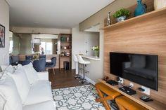 O apartamento pequeno ganha espaço com a integração dos ambientes e soluções de marcenaria planejada