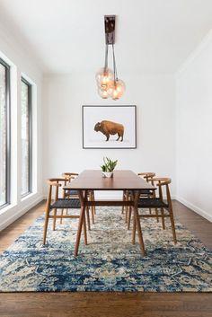 Na sala de jantar use tapete de gramatura baixa para não atrapalhar ao arrastar as cadeiras.