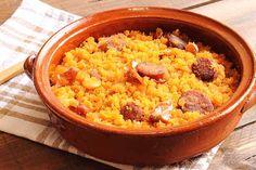 Las Migas de Teruel. Este plato, que podría derivar de los hormigos  (guisos de trigos del siglo XVI), tiene como base el pan. Consiste en trocear pan y dejarlo remojar en agua y sal durante un día y después freírlo con aceite y ajo, dándole vueltas continuamente para evitar que se pegue a la sartén. Suele acompañarse con trozos de pernil, chorizo, o incluso racimos de uvas. Son buenas las de La Fondica (ctra. de la Estación s/n- La Puebla de Valverde, Teruel). Ojo!, plato contundente.