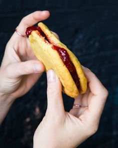 Pickled Strawberry Jam Corn Cookie Sandwich The Secret Behind Momofuku Milk Bar's Sweet Strawberry Treats - The New York Times Momofuku Recipes, Momofuku Cake, Momofuku Milk Bar, Pear Recipes, Banana Bread Recipes, Chef Recipes, Copycat Recipes, Recipies, Beaux Desserts