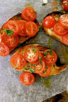 Klassisk bruschetta (recipe in Norwegian) Bruschetta Recipe, Norwegian Food, Fresh Basil, Tapas, Cherry Tomatoes, Italian Recipes, Healthy Recipes, Healthy Food, Spicy