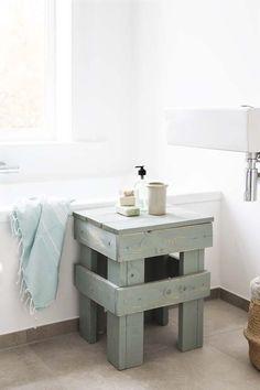 KARWEI | Verf het krukje met lakverf en schuur het nog een keer na voor een sloophouteffect. #karwei #badkamer #wooninspiratie