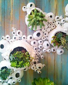 Hanging succulent pots wall planters 39 New Ideas Ceramic Pottery, Ceramic Art, Anthropologie Display, Succulent Wall, Succulent Planters, Hanging Pots, Succulents Garden, Yard Art, Garden Projects