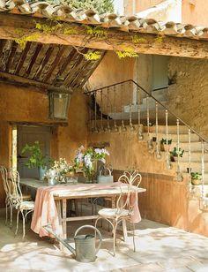 """La bellezza che ha affascinato Petrarca, Camus e Beckett ha portato una coppiaaustraliana a stabilirsi parte dell'annoin questa antica fattoria dei primi del XVIII secolo dal nome letterario, La Ferme du Bon Dieu.""""Vivere qui è esattamentequello che avevamo immaginato leggendo Un anno i"""
