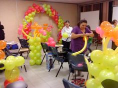 Curso de decoración con globos 4 hrs. de duración Manejo de los diferentes tipos de globos Diferentes técnicas de Inflado Creación de Arcos y Columnas de diversos tipos Decoración de techos de salones Centros de Mesa