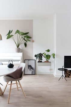 40 stunning small space living room ideas, tips and inspiration. Discover how to make the most of your small living room! Interior, Small Living Room, Living Room Scandinavian, Home Decor, House Interior, Small Space Living Room, Small Space Living, Home Interior Design, Interior Design