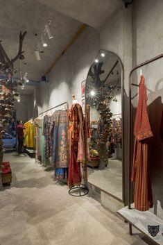 Clothing Boutique Interior, Clothing Studio, Clothing Store Design, Showroom Interior Design, Boutique Interior Design, Studio Interior, Store Interiors, Shop Front Design, Commercial Design